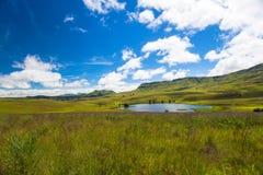 Dag van de Zomers van de Dam van het Meer van bergen de Groenachtig blauwe Royalty-vrije Stock Foto's