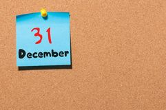 31 Dag 31 van december van maand, Kalender op cork berichtraad Nieuw jaar bij het werkconcept Bloem in de sneeuw Lege Ruimte voor Stock Fotografie
