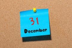 31 Dag 31 van december van maand, Kalender op cork berichtraad Nieuw jaar bij het werkconcept Bloem in de sneeuw Lege Ruimte voor Royalty-vrije Stock Foto's