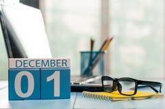 1 Dag 1 van december van maand, kalender op de achtergrond van de leraarswerkplaats Bloem in de sneeuw Lege ruimte voor tekst De  Royalty-vrije Stock Afbeelding