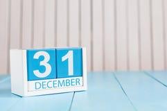 31 Dag 31 van december van maand, kalender op houten achtergrond Nieuw jaar bij het werkconcept Bloem in de sneeuw Lege Ruimte vo Royalty-vrije Stock Foto's