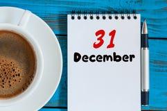 31 Dag 31 van december van maand, kalender op werkplaatsachtergrond Nieuw jaar bij het werkconcept Bloem in de sneeuw Lege Ruimte Royalty-vrije Stock Foto