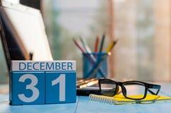 31 Dag 31 van december van maand, kalender op werkplaatsachtergrond Nieuw jaar bij het werkconcept Bloem in de sneeuw Lege Ruimte Royalty-vrije Stock Afbeeldingen