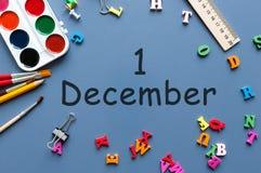 1 Dag 1 van december van december-maand Kalender op zakenman of schoolkindwerkplaatsachtergrond Bloem in de sneeuw Royalty-vrije Stock Foto