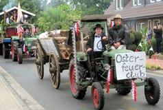Dag van een dorp in Noord-Duitsland Kettenkamp is 825 jaar oud Parade van burgers royalty-vrije stock foto