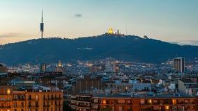 Dag van het de stads de panoramische overzicht van Barcelona aan nacht timelapse met ondersteltibidabo stock footage
