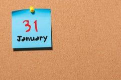 31 Dag 31 van januari van maand, Kalender op cork berichtraad Nieuw jaar bij het werkconcept Bloem in de sneeuw Lege Ruimte voor Stock Foto's