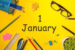 1 Dag 1 van januari van januari-maand, kalender op de achtergrond van de leraarswerkplaats Bloem in de sneeuw Stock Foto's
