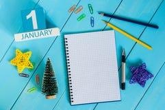 1 Dag 1 van januari van januari-maand, kalender op de achtergrond van de leraarswerkplaats Bloem in de sneeuw Lege ruimte voor te Royalty-vrije Stock Foto's