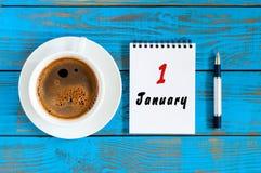 1 Dag 1 van januari van januari-maand, kalender op de blauwe houten achtergrond van de bureauwerkplaats De winter bij het werkcon Royalty-vrije Stock Foto