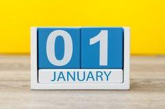 1 Dag 1 van januari van januari-maand, kalender op gele achtergrond Gelukkig Nieuw jaar, de Wintertijd Stock Foto's