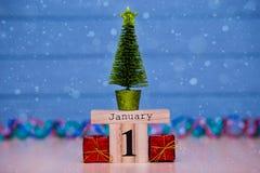 1 Dag 1 van januari van Januari-reeks op houten kalender op blauwe houten plankachtergrond Royalty-vrije Stock Foto's