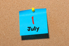 11 Dag 1 van juli van maand, de kalender van de kleurensticker op berichtraad Jonge volwassenen Sluit omhoog Royalty-vrije Stock Foto