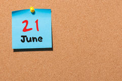 21 Dag 21 van juni van maand, de kalender van de kleurensticker op berichtraad Jonge volwassenen Lege ruimte voor tekst De idylle Stock Foto