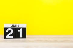 21 Dag 21 van juni van maand, kalender op gele achtergrond Boom op gebied Lege ruimte voor tekst De idylle van de zomer Ga met ee Stock Foto's