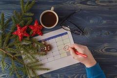 Dag 25 van maand, kalender op werkplaatsachtergrond met ochtend c Stock Foto