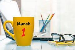 1 Dag 1 van maart van maand, kalender op de kop van de ochtendkoffie, bedrijfsbureauachtergrond, werkplaats met laptop en glazen Royalty-vrije Stock Fotografie