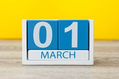 1 Dag 1 van maart van maart-maand, kleurenkalender op gele achtergrond De de lentetijd… nam bladeren, natuurlijke achtergrond toe Stock Afbeelding