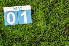 1 Dag 1 van mei van maand, kalender op achtergrond van het voetbal de groene gras De lentetijd, lege ruimte voor tekst Stock Foto's