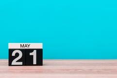 21 Dag 21 van mei van maand, kalender op turkooise achtergrond De lentetijd, lege ruimte voor tekst Stock Fotografie