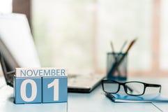 1 Dag 1 van november van maand, kalender op de achtergrond van de leraarswerkplaats Autumn Time Lege ruimte voor tekst De idylle  Stock Afbeelding