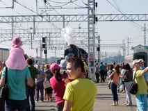 Dag van railwayman De aankomst van een stoomlocomotief Royalty-vrije Stock Fotografie