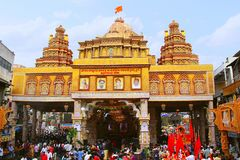 Dagadu Seth Ganapati adornó pandal, reproducción del templo de Brahmanaspati Fotos de archivo libres de regalías