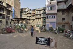 Dagar efter jordskalvet 26 04 2015 Skillnader före och efter jordskalvet kathmandu arkivbilder