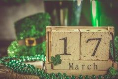 Dagbegrepp för St Patricks - grönt öl och symboler Arkivbilder