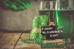 Dagbegrepp för St Patricks - grönt öl och symboler fotografering för bildbyråer