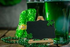 Dagbegrepp för St Patricks - grönt öl och symboler arkivfoton