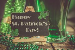 Dagbegrepp för St Patricks - grönt öl och symboler royaltyfri foto