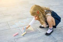 dagblomman ger mödrar mumsonen till Barnflickan drar gåvaöverraskning till mamman - bild av färgpennor på asfalten royaltyfria foton