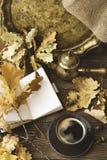Dagbok kopp av varmt kaffe, hösteksidor, kruka för turkiskt kaffe på en träbakgrund kopiera avstånd cozy isolerad white för höst  royaltyfria foton