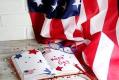 Dagbok med exponeringsglas som är öppna på datumet av Juli 4, den lyckliga självständighetsdagen, patriotism och minnet av vetera royaltyfria foton