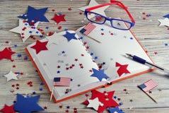 Dagbok med exponeringsglas som är öppna på datumet av Juli 4, den lyckliga självständighetsdagen, patriotism och minnet av vetera royaltyfri bild