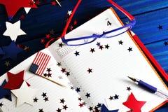 Dagbok med exponeringsglas som är öppna på datumet av Juli 4, den lyckliga självständighetsdagen, patriotism och minnet av vetera royaltyfria bilder