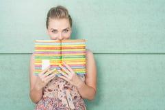 Dagbok och beläggning för härlig dam hållande hennes mun Royaltyfri Foto