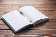 Dagbok på skrivbordet Arkivbild