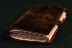 Dagbokanteckningsbok för handgjort papper i brun läderräkning royaltyfri bild