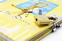 dagboken keys låset arkivbild