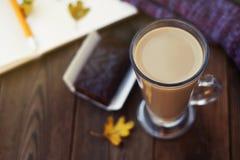Dagboken, koppen av varm kakao, den varma halsduken och höstsidor på en träbakgrund kopierar sapce cozy isolerad white för höst b royaltyfria foton