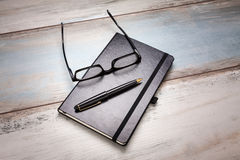 Dagbokexponeringsglas Pen Table Royaltyfri Fotografi