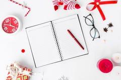 Dagbokjulsammansättning Jul gåva och julgarneringar på vit bakgrund Lekmanna- bästa sikt för lägenhet Royaltyfri Bild