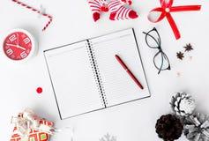 Dagbokjulsammansättning Jul gåva och julgarneringar på vit bakgrund Lekmanna- bästa sikt för lägenhet Arkivfoton