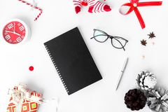 Dagbokjulsammansättning Jul gåva och julgarneringar på vit bakgrund Lekmanna- bästa sikt för lägenhet arkivbilder
