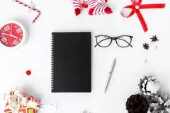 Dagbokjulsammansättning Jul gåva och julgarneringar på vit bakgrund Lekmanna- bästa sikt för lägenhet fotografering för bildbyråer