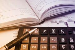 Dagbokpenna och räknemaskin Arkivfoton