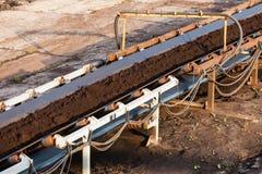 Dagbrotts- brun kolgruva Bältetransportör Arkivfoto
