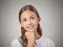 Dagdrömma barnet som ler flickan royaltyfria bilder